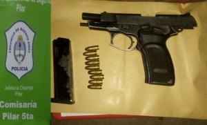 Lo detuvieron en un control policial y descubrieron que tenía un arma ilegal