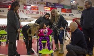 Una ONG y la Comuna entregaron sillas de ruedas a niños pilarenses